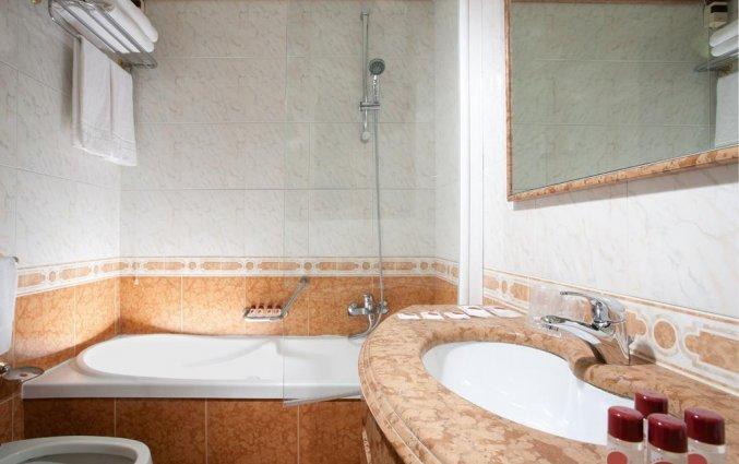 Badkamer in standaardkamer van Hotel Ambasciatori in Venetië