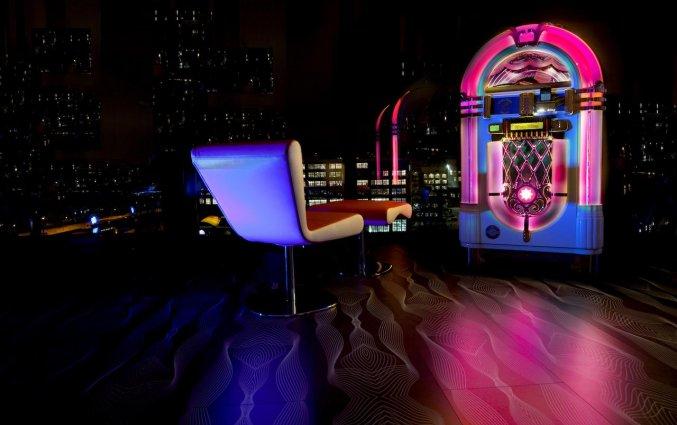 Lounge met jukebox van Hotel NHow in Berlijn