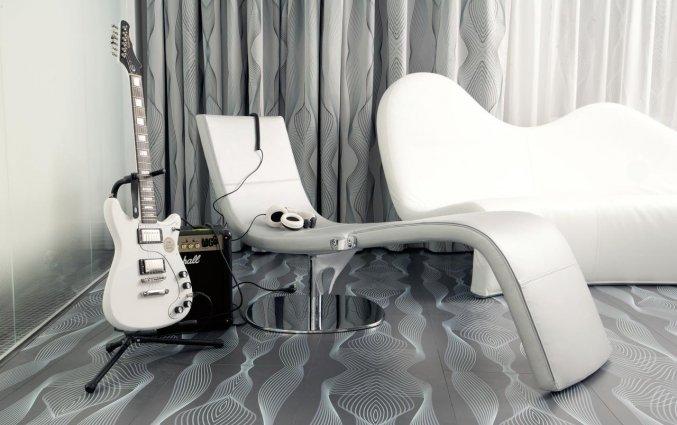 Lounge met gitaar van Hotel NHow in Berlijn
