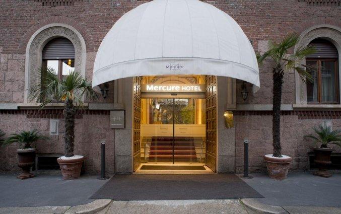 Vooraanzicht van de ingang van Hotel iH Milano Regency Milaan Italië