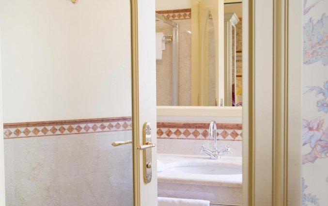 Deur naar een badkamer van Hotel iH Milano Regency Milaan Italië