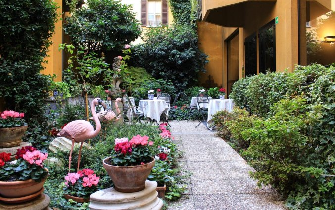 De tuin van Hotel Sanpi Milaan