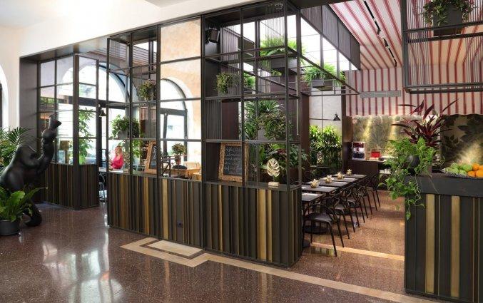 De ingang van het restaurant van Hotel Sanpi Milaan