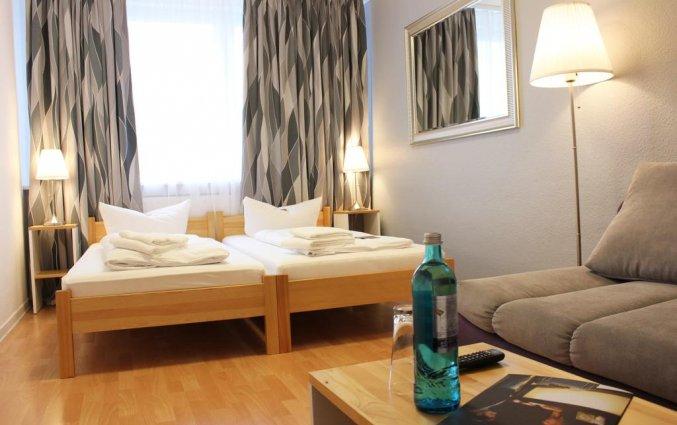 Kamer met bed, bankje en salontafel hotel Lützow  Berlijn
