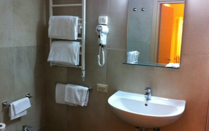 Badkamer van een tweepersoonskamer van Hotel Albergo Firenze in Florence