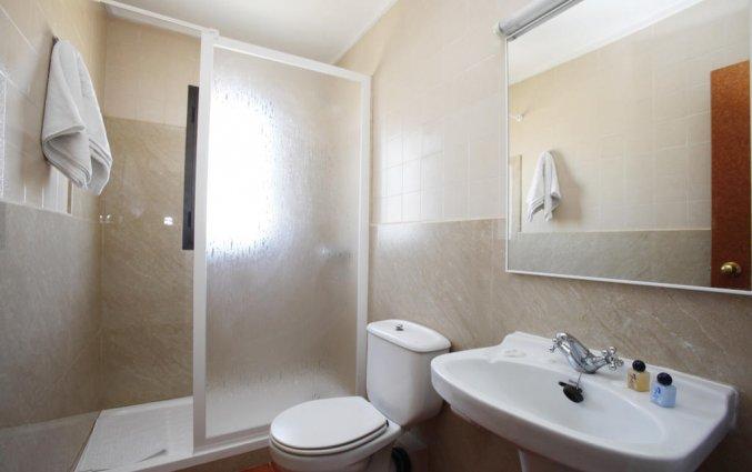 Badkamer met douche van hotel Azuline Galfi