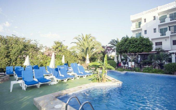Zwembad met zonneterras van hotel Azuline Galfi