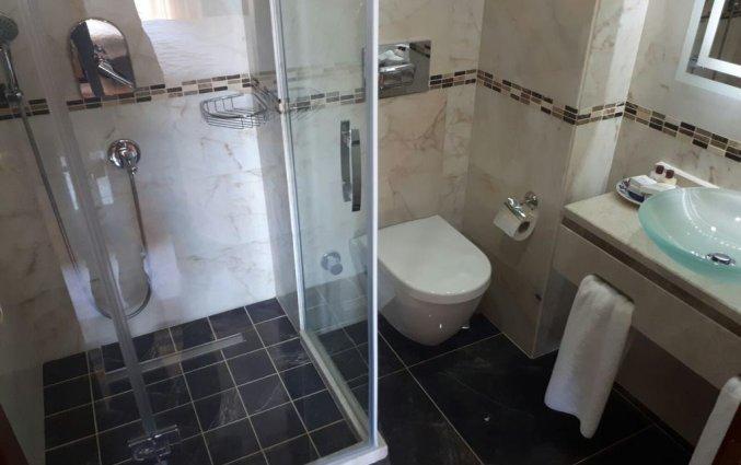Badkamer met douche hotel Lallin stedentrip Istanbul