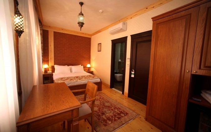 Slaapkamer met bed, brueau en kast hotel Lallin stedentrip Istanbul