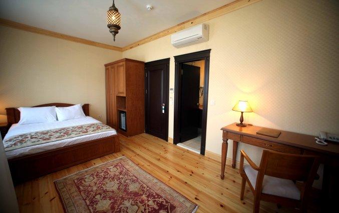 Slaapkamer met bed en bureau hotel Lallin stedentrip Istanbul