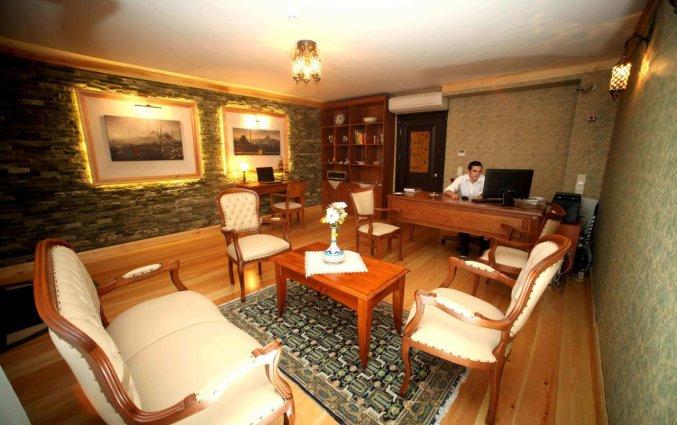 Lobby met luxe stoelen en op de achtergrond de receptie hotel Lallin stedentrip Istanbul