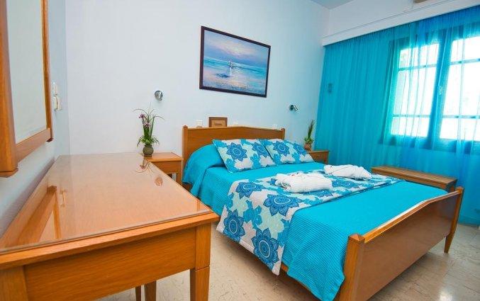 Tweepersoonskamer met uitzicht op de bergen van Hotel Irini's Rooms Fteuora op Santorini