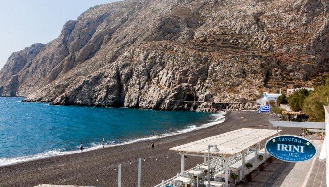 Uitzicht op het strand vanaf Hotel Irini's Rooms Fteuora op Santorini