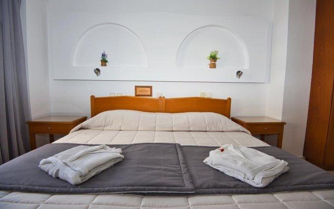 Tweepersoonskamer van Hotel Irini's Rooms Fteuora op Santorini
