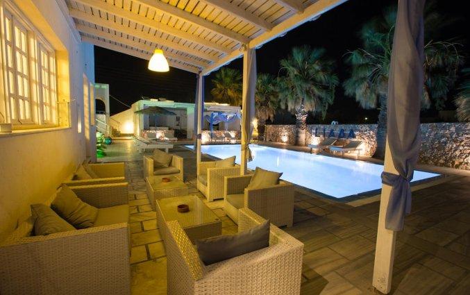 Het zwembad 's avonds bij Hotel Iliada Santorini