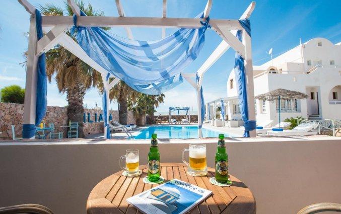 Een drankje op het terras van Hotel Iliada Santorini