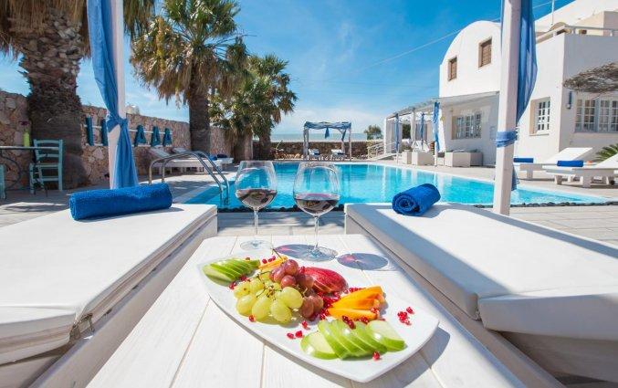 eten bij de zonneloungers van Hotel Iliada Santorini