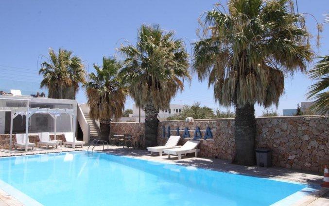 Het zwembad van Hotel Iliada Santorini