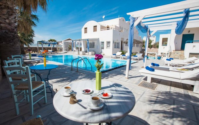 Het terras bij het zwembad van Hotel Iliada Santorini