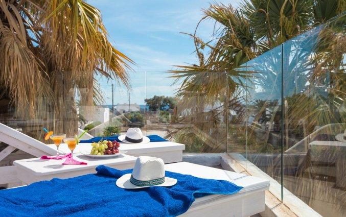Zonneloungers bij Hotel Iliada Santorini