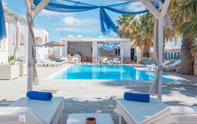 Het zwembad en zonneterras van Hotel Iliada Santorini