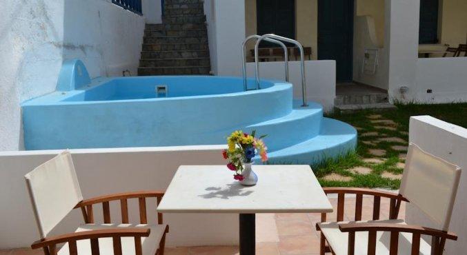 De jakuzi en tafel van Hotel Iliada Santorini