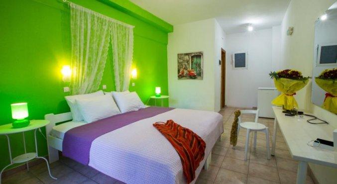 tweepersoonsbed bij Hotel Iliada Santorini