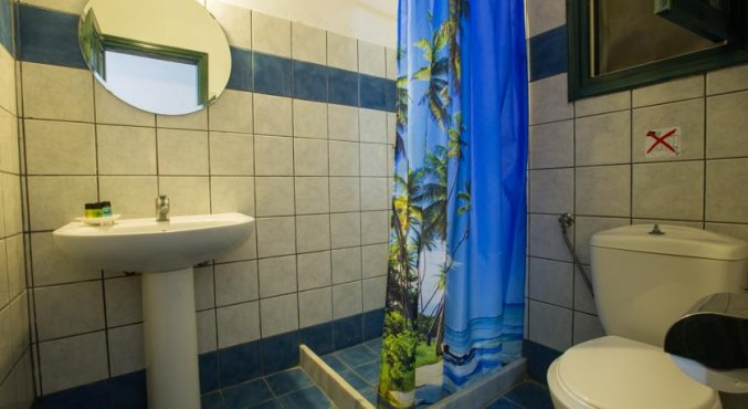 De badkamer van een kamer van Hotel Iliada Santorini