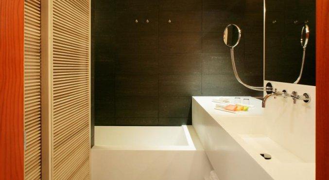 Badkamer van een tweepersoonskamer van Hotel Puerta America in Madrid