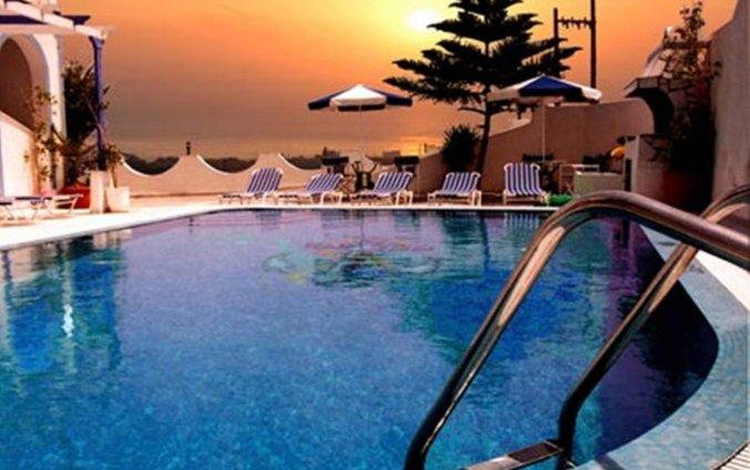Zonsondergang bij zwembad van Hotel Stavros Villas op Santorini