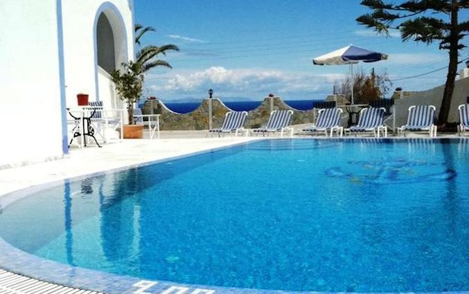 Zwembad en ligbedden van Hotel Stavros Villas op Santorini