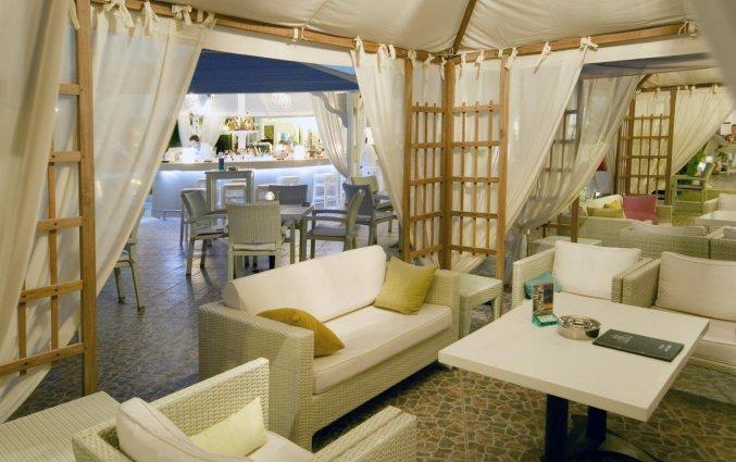 Lounge bij buitenbar van Hotel Imperial Med in Santorini