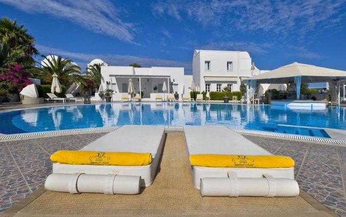 Ligbedjes bij het zwembad van Hotel Imperial Med in Santorini