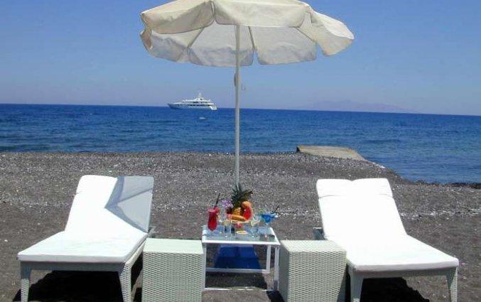 Ligbedjes aan het strand van Hotel Imperial Med in Santorini
