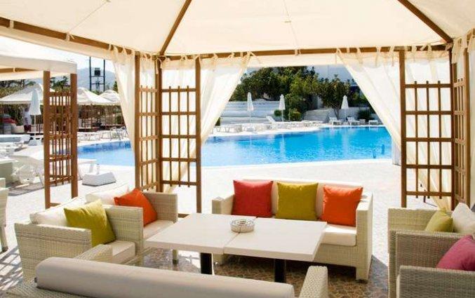 Lounge aan de rand van het zwembad van Hotel Imperal Med in Santorini