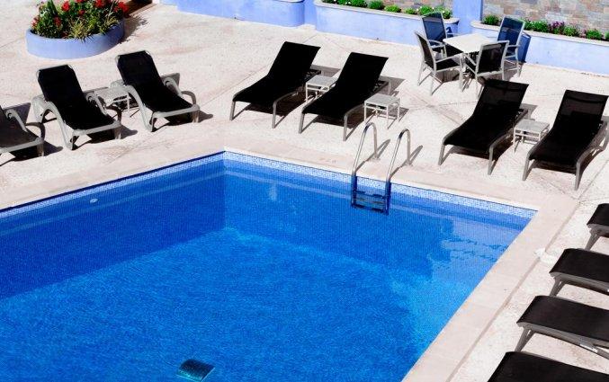 Buitenzwembad met zonneterras van Hotel Torre Azul op Mallorca
