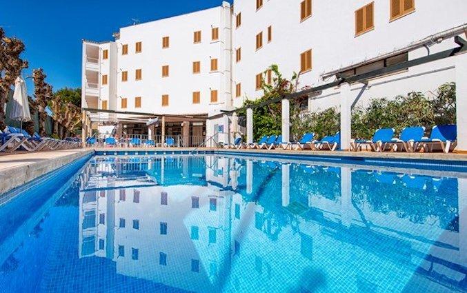 Zwembad en buitenaanzicht van Appartementen Arcos Playa Mallorca