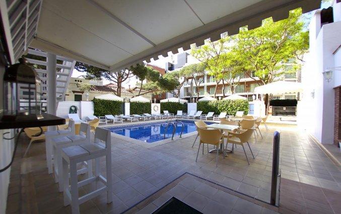 Uitzicht buitenzwembad hotel Els Pins aan de Costa Brava
