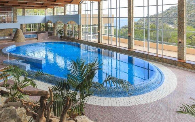 Binnenzwembad van Giverola Resort Tossa de Mar