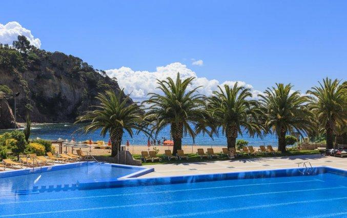 Zwembad met uitzicht op zee van Giverola Resort Tossa de Mar