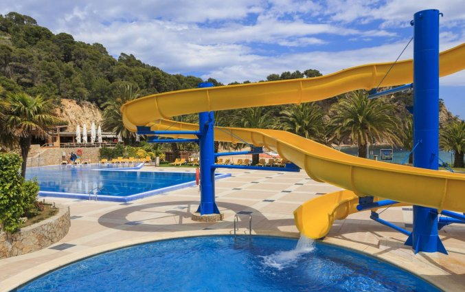 Zwembad met glijbaan van Giverola Resort Tossa de Mar