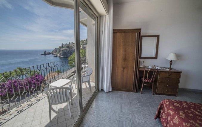 Balkon met uitzicht van een tweepersoonskamer van Hotel Isola Bella op Sicilie