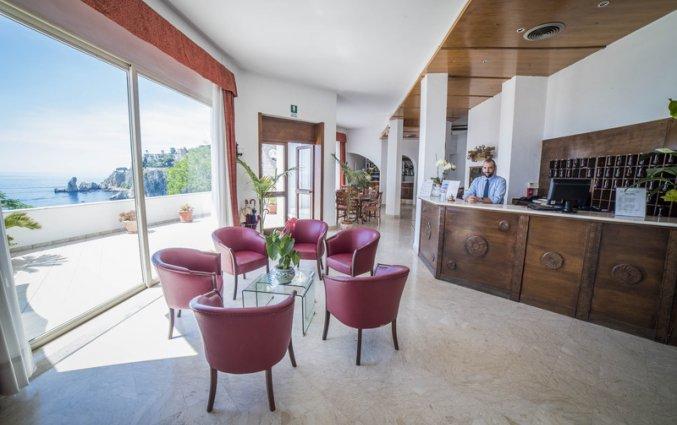 Lobby met uitzicht van Hotel Isola Bella op Sicilie