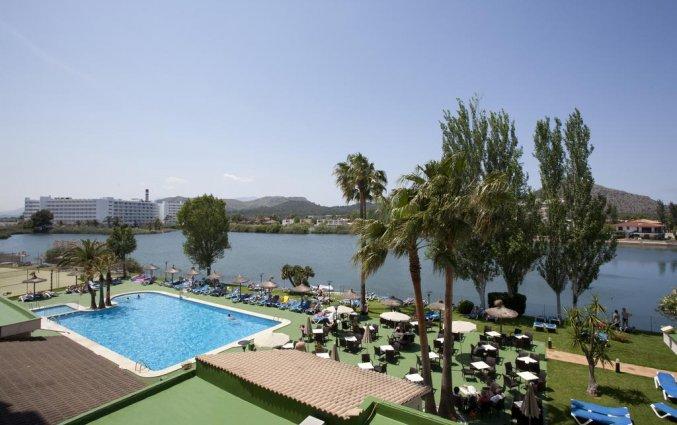Zwembad met uitzicht naast de zee hotel Grupotel Amapola op Mallorca