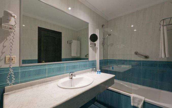 Badkamer van de tweepersoonskamer in hotel Venecia in Malaga