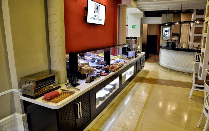 Ontbijtzaal met buffet van Hotel Atarazanas Boutique in Malaga