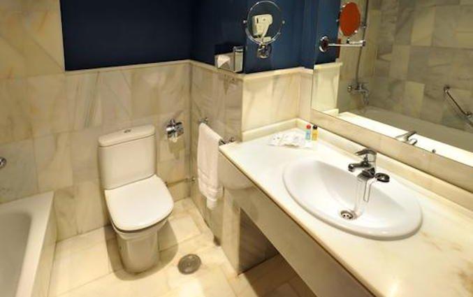 Badkamer van een tweepersoonskamer van Hotel Atarazanas Boutique in Malaga