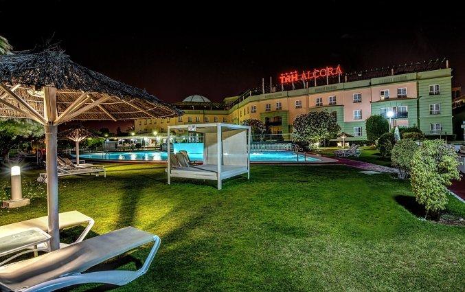 Tuin en Zwembad van Hotel Alcora in Sevilla