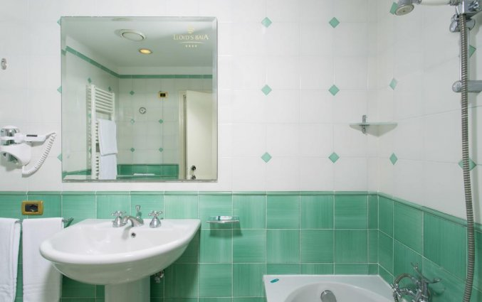Badkamer van een tweepersoonskamer van Hotel Lloyd's Baia in Amalfi
