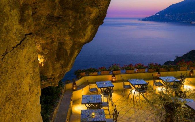 Terras van Hotel Badia Santa Maria de Olearia aan de Amalfikust